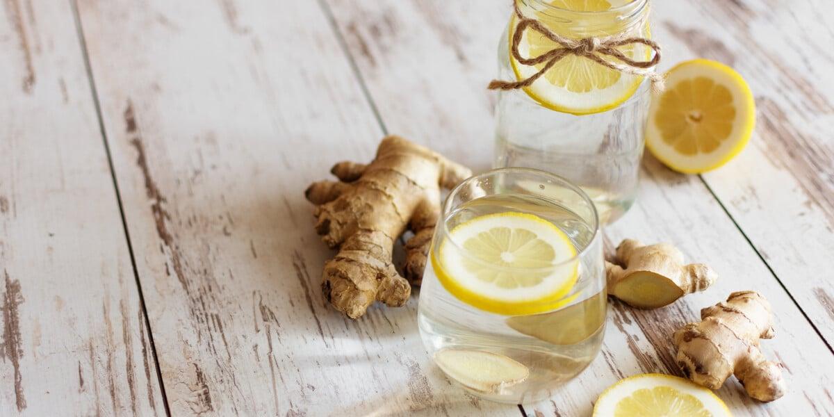 Ingwer und Zitrone im Glas mit Wasser
