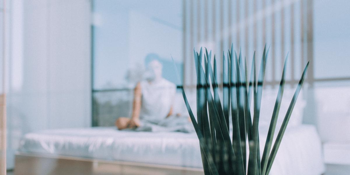 Frau die im Zimmer Meditiert