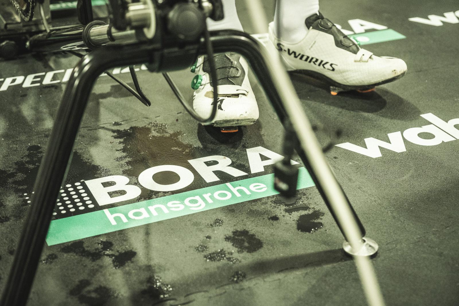 Foto von Radschuhen neben Logo am Boden