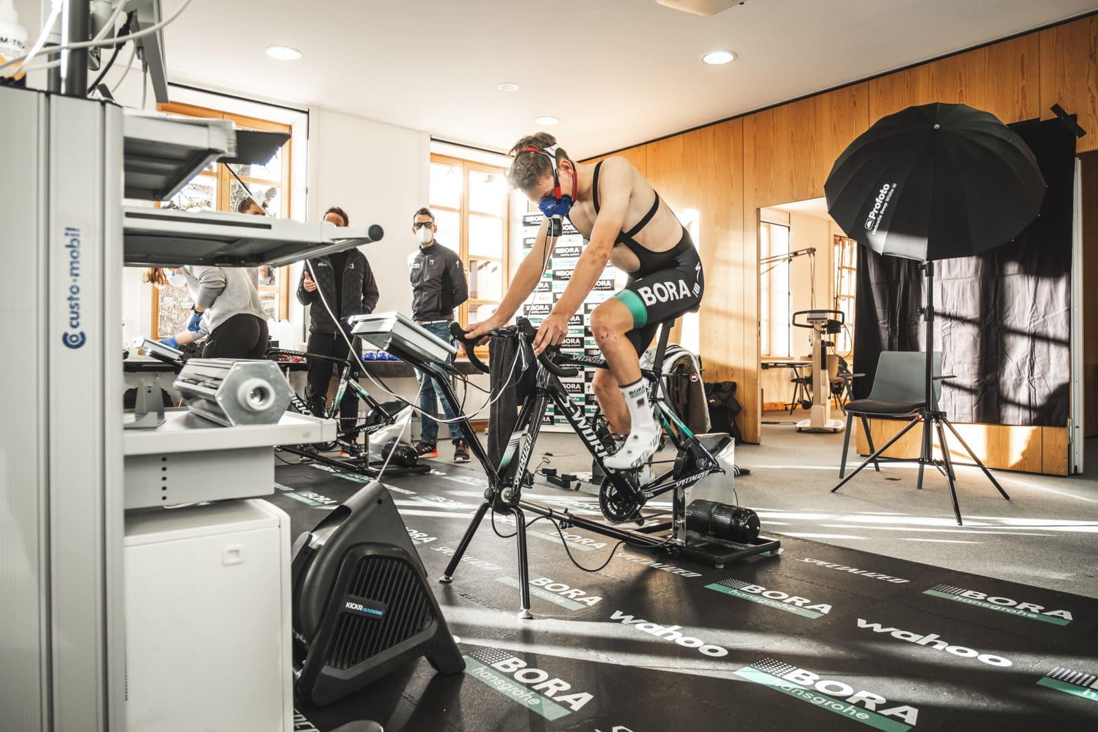 Radsportlers simuliert Radfahrt auf Ergometer um seine Leistung zu überprüfen