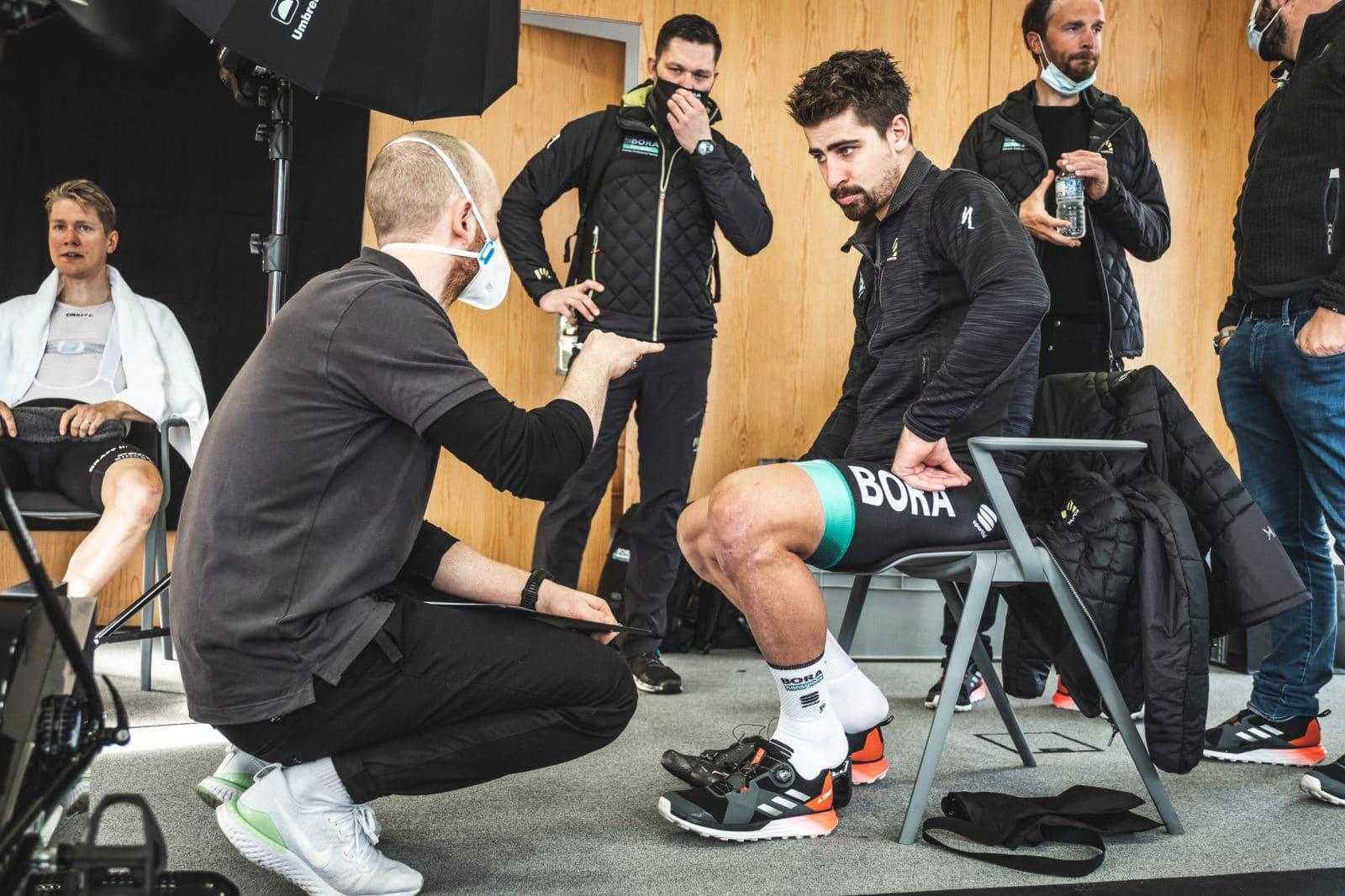 Medizinischer Angestellter weist einen Radsportler bei Gesundheitscheck ein