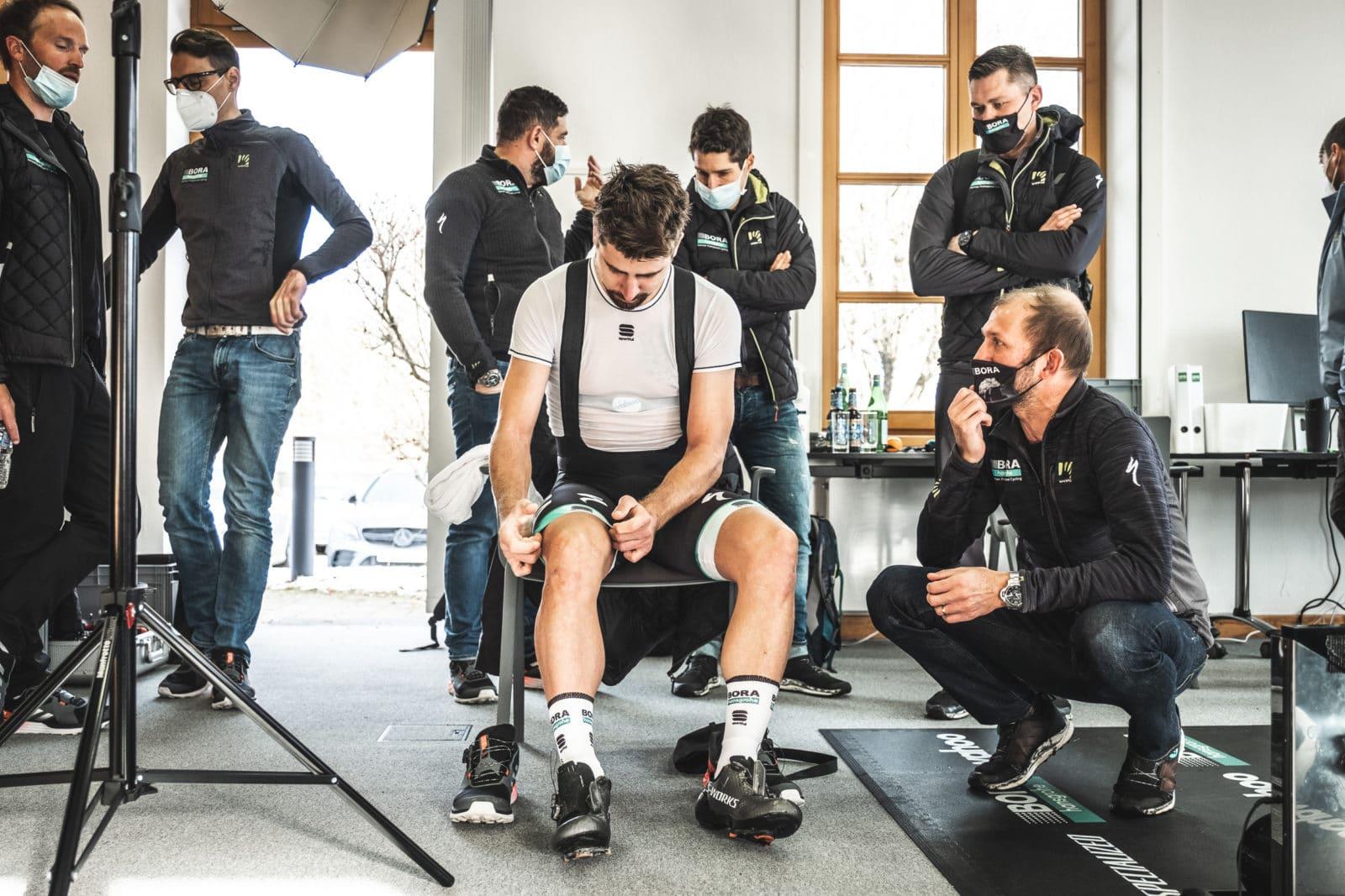 Sitzender Mann in Radsportkleidung bereitet sich auf seinen medizinischen Check vor
