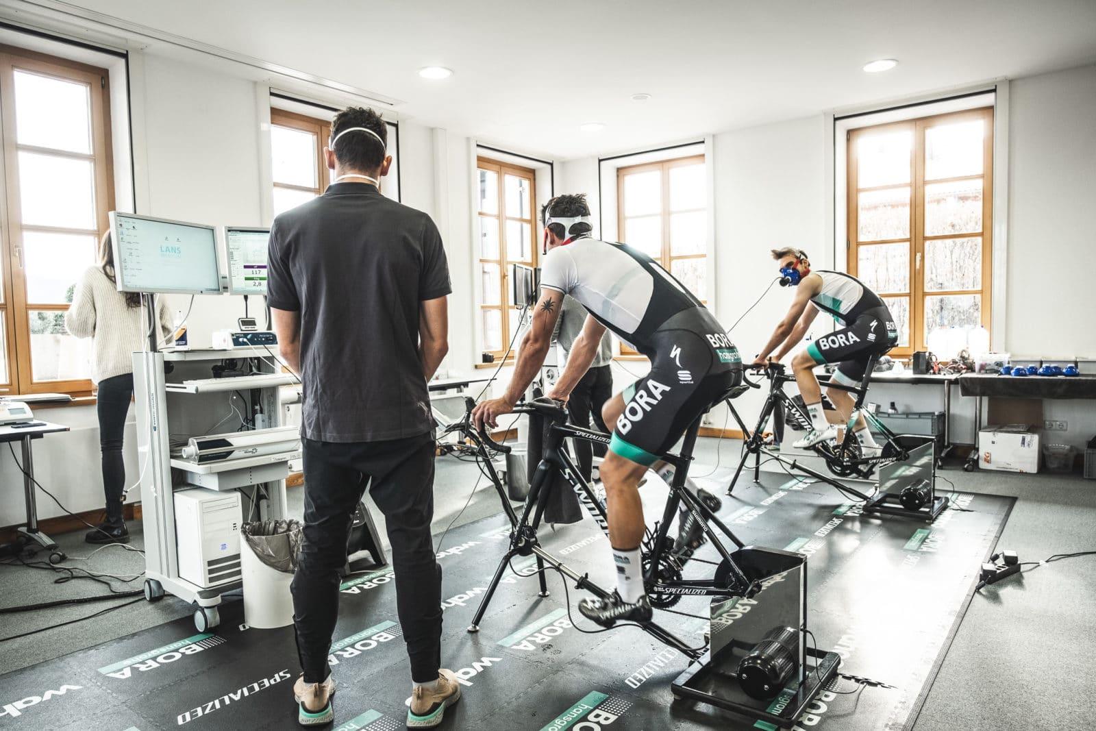 Zwei Radsportler auf Ergometer werden medizinisch überprüft