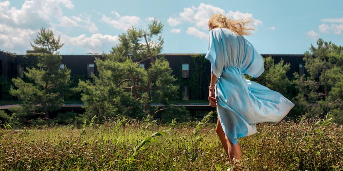 Frau im blauen Kleid läuft