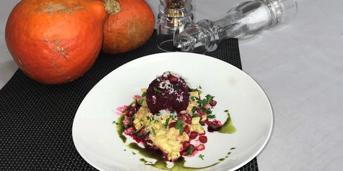 Foto eines Tellers mit einem schön servierten herbstlichen Essen