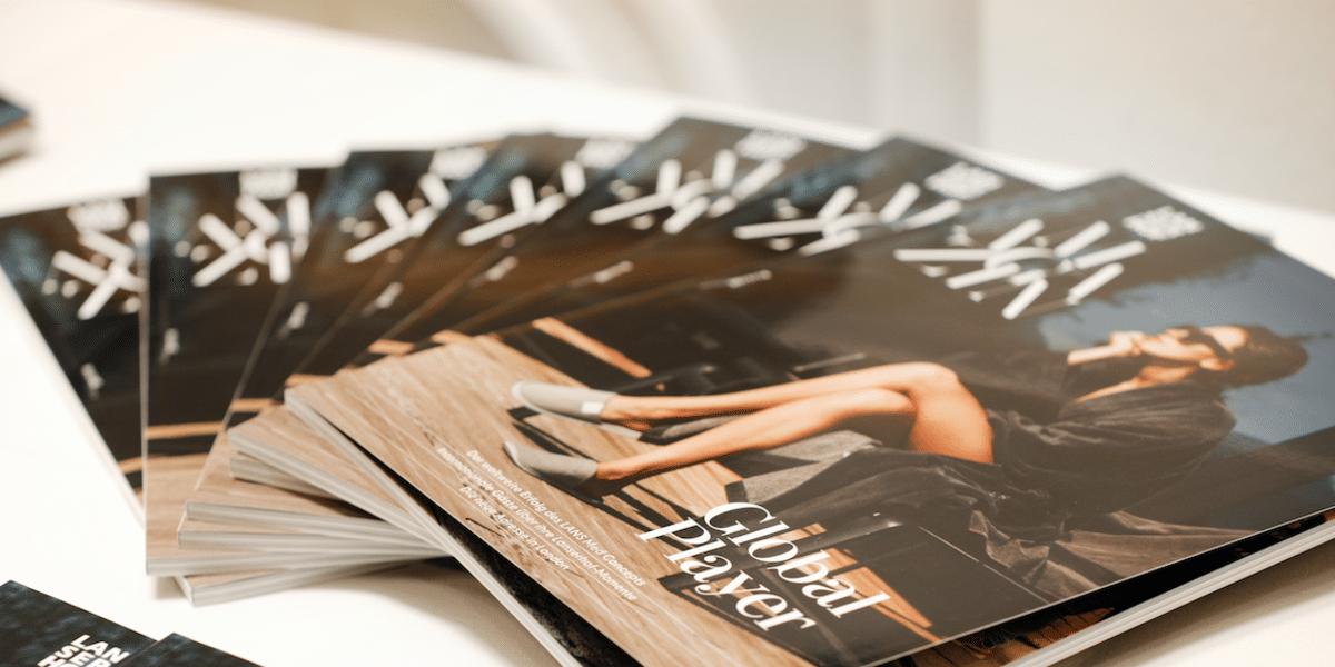 Stapel von wertigen Magazinen auf einem Tisch