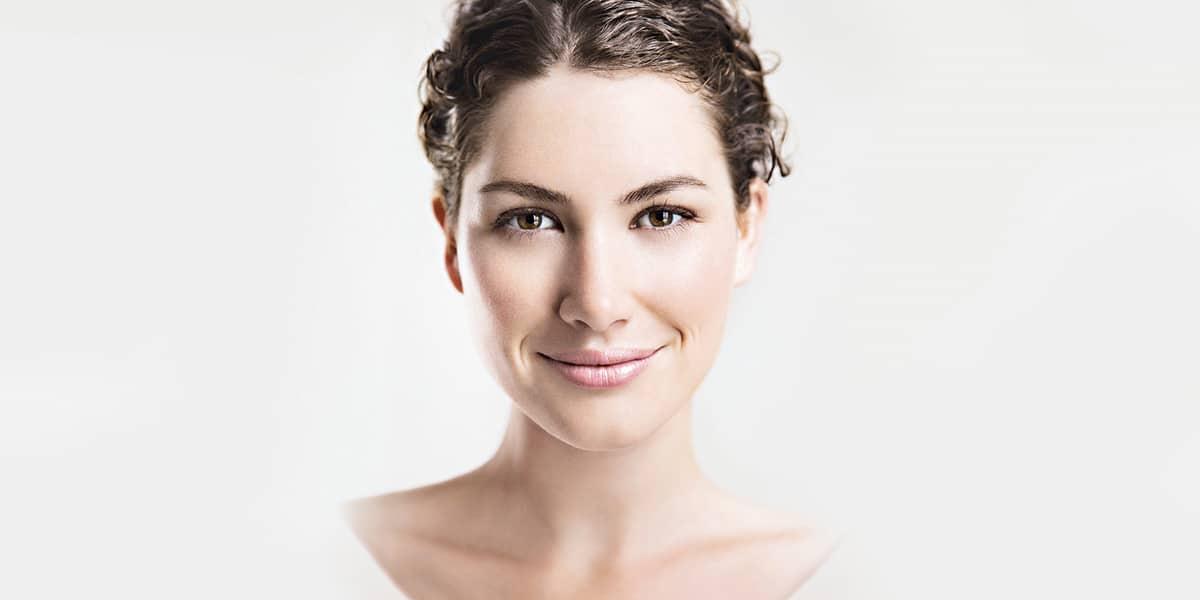 Portrait einer schönen jungen Frau mit makelloser Haut