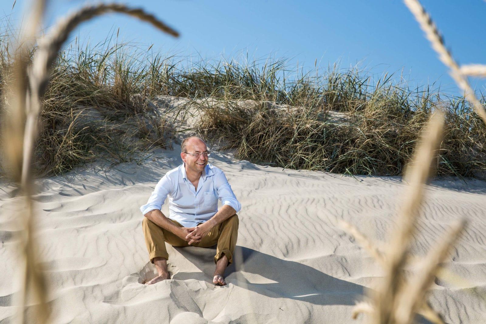 Dr. Jan Stritzke am Strand vor den Dünen
