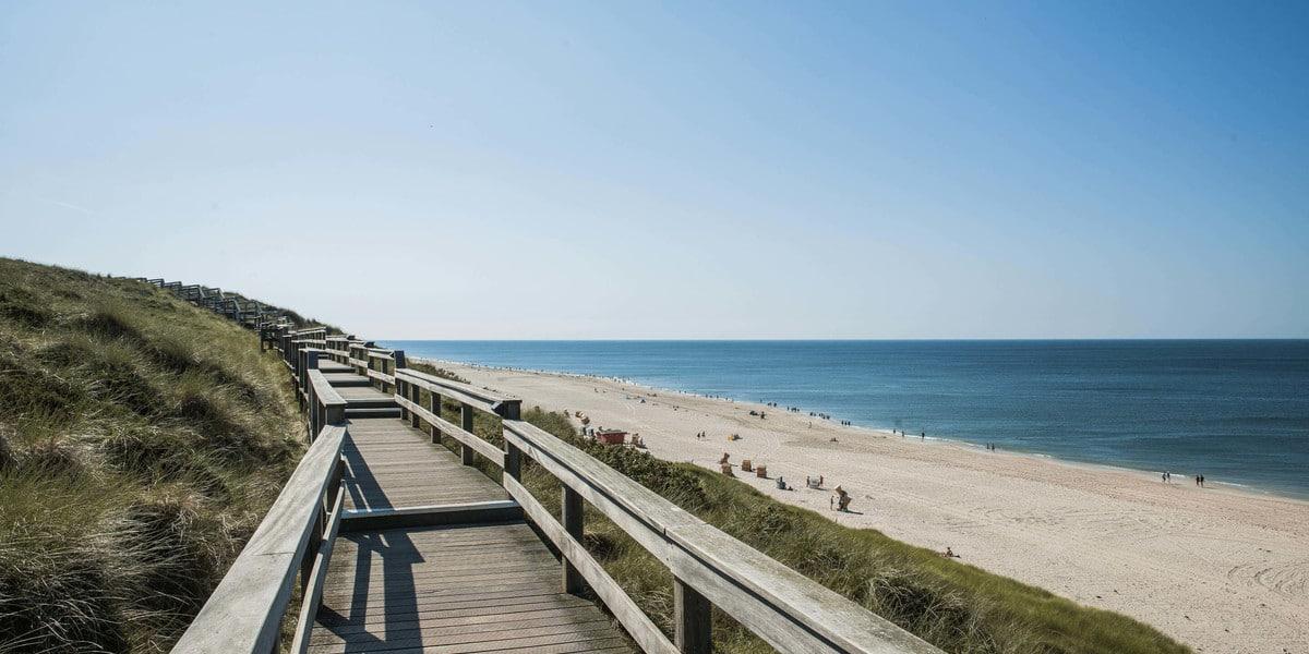 Holzsteg am Strand
