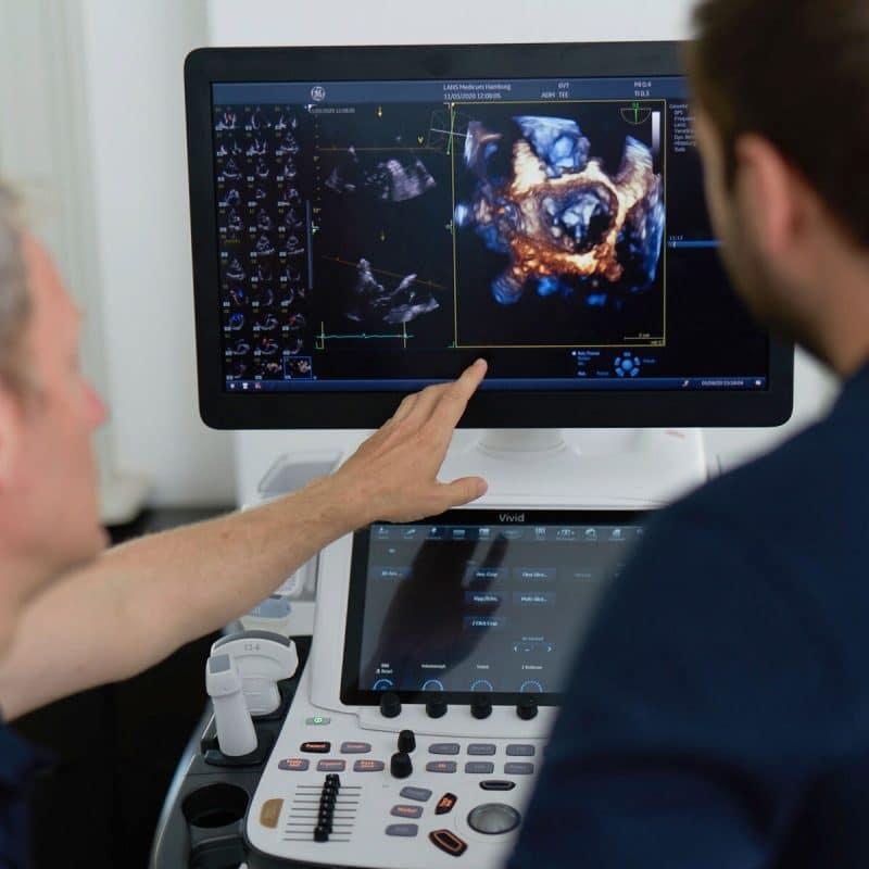 Doktor zeigt auf Monitor im Lans Cardio Hamburg