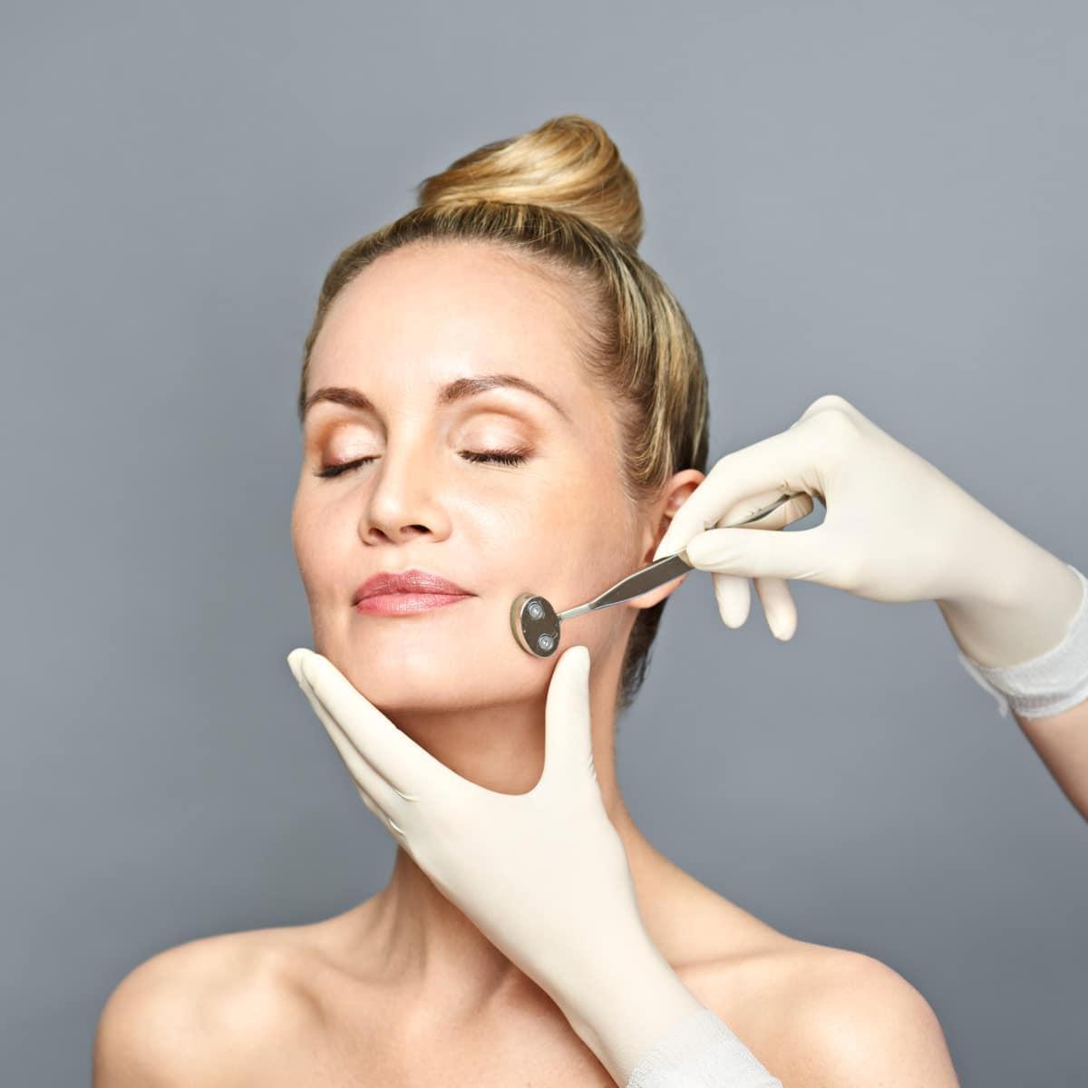 Frau bei einer Medizinische Kosmetik im Lanserhof Resort