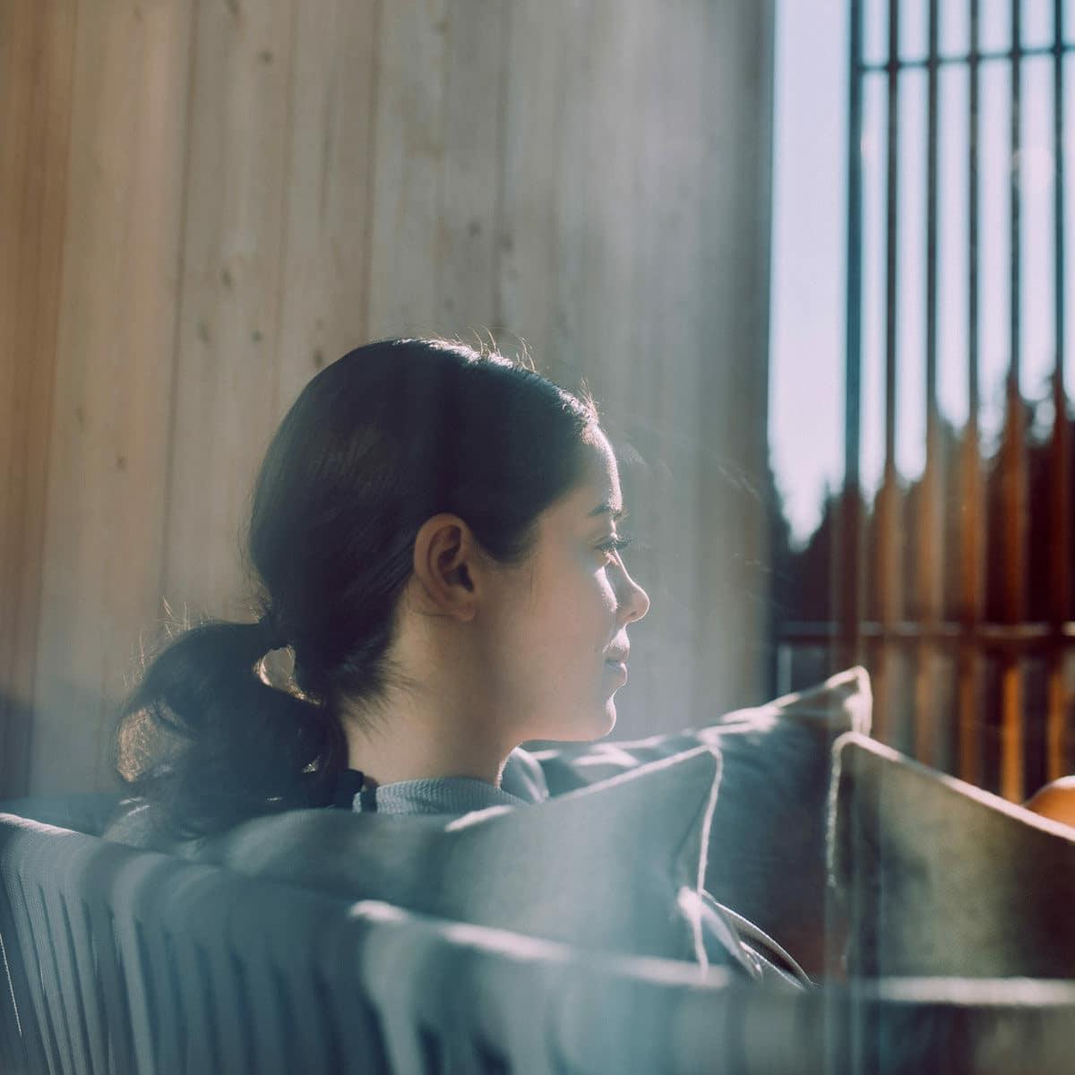 Frau sitz am Balkon des Lanserhof Tegernsee