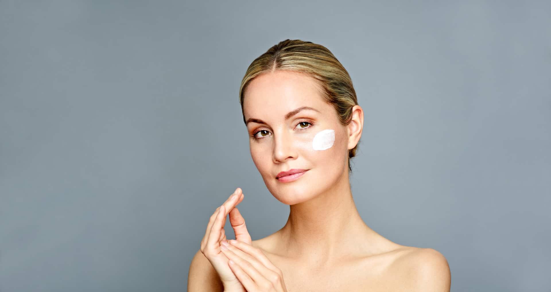 Frau mit Creme bei der medizinische Kosmetik im Lanserhof Resort