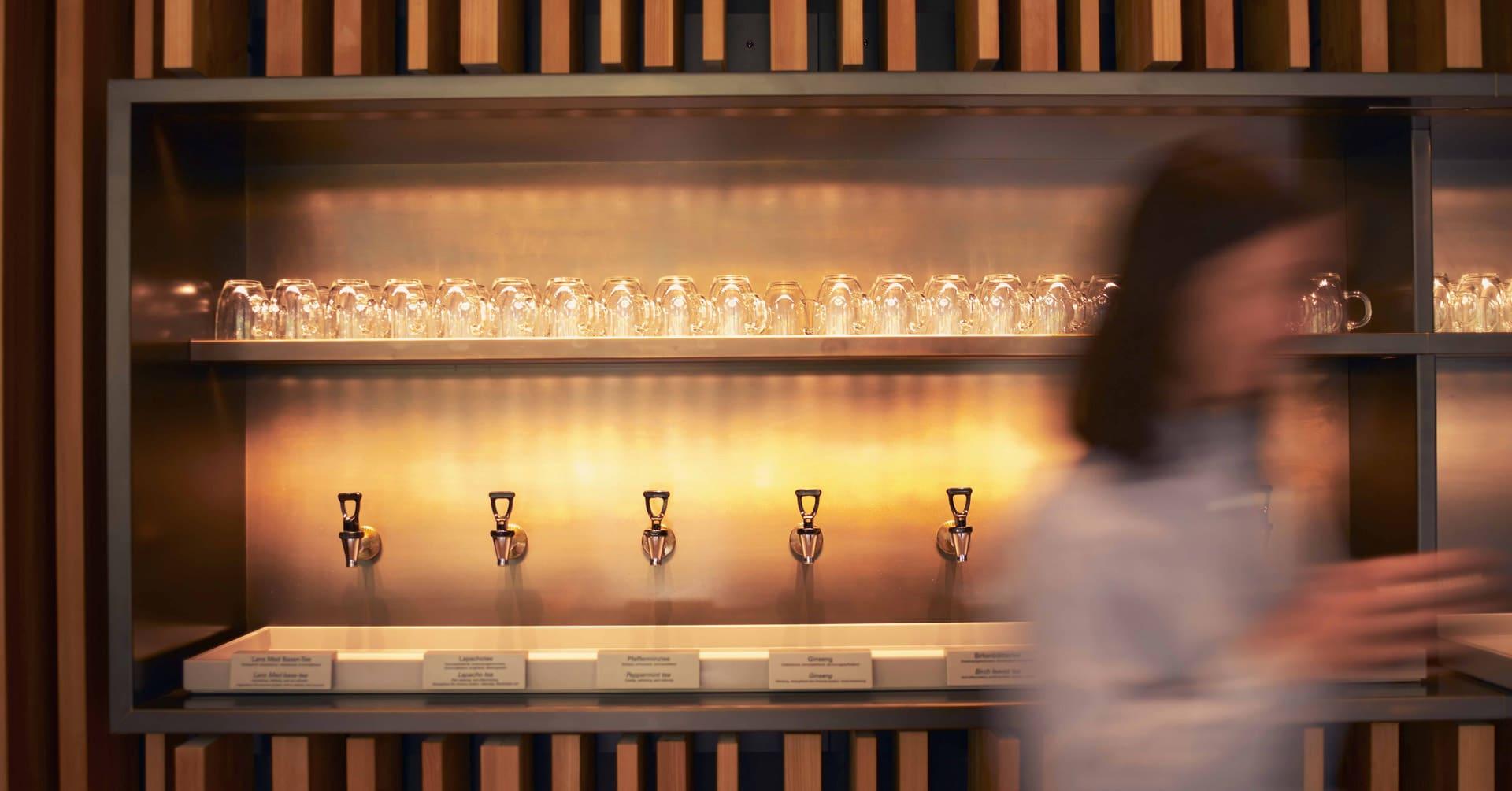 Saft-Bar im Lanserhof mit Frau im Vordergrund