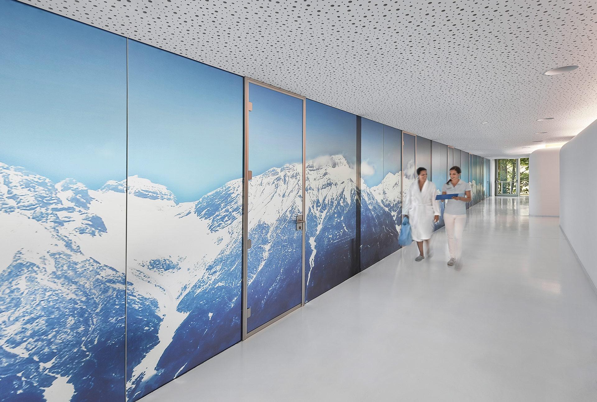 Korridor mit Bergpanorama und zwei Frauen im Lanserhof Lans