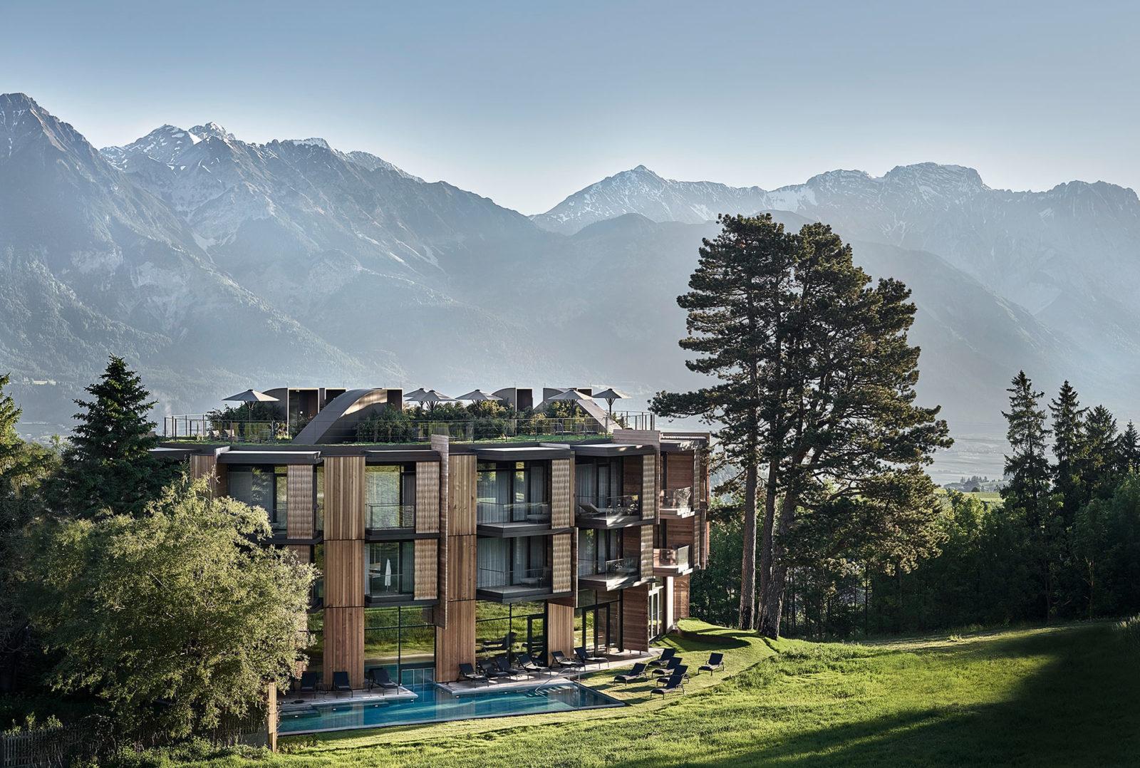 Aussenansicht mit Bergen und Pool des Lanserhof Lans Badehaus