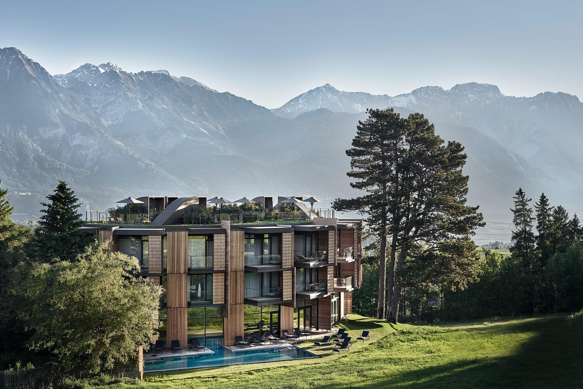 Outdoorpool des Lanserhof Lans mit Blick auf die Berge