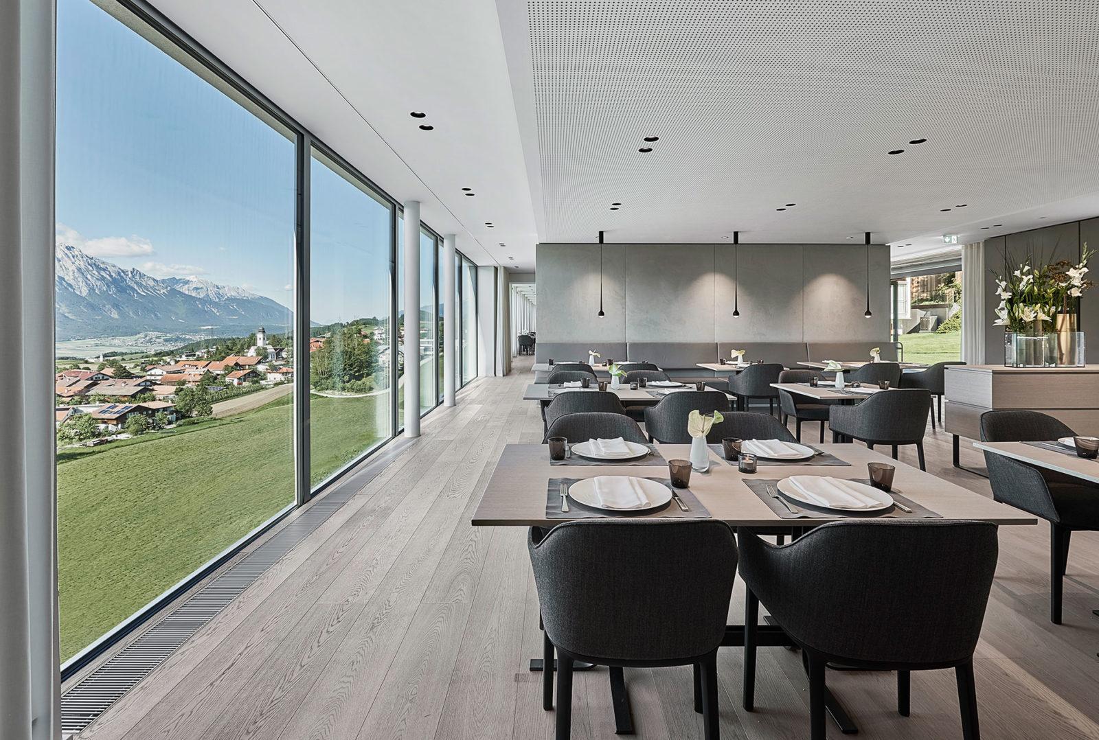 Restaurant mit Panoramafenster des Lanserhof Lans