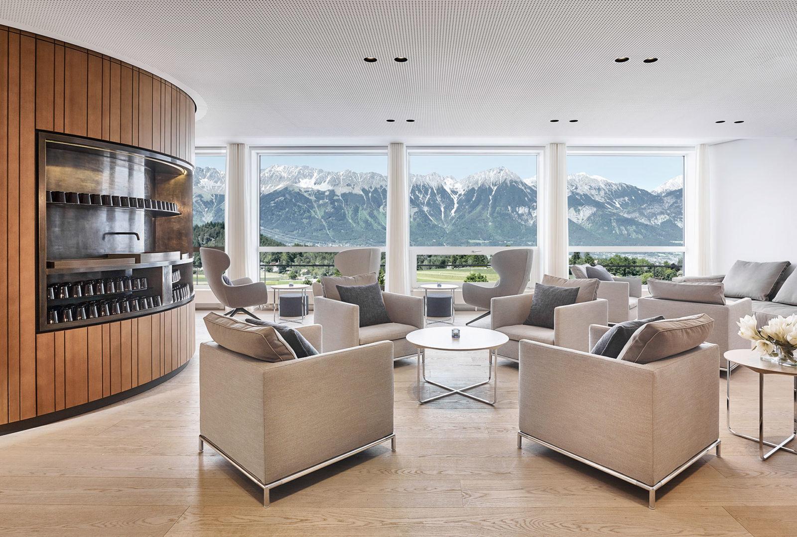Tea Lounge mit Ausblick im Lanserhof Lans