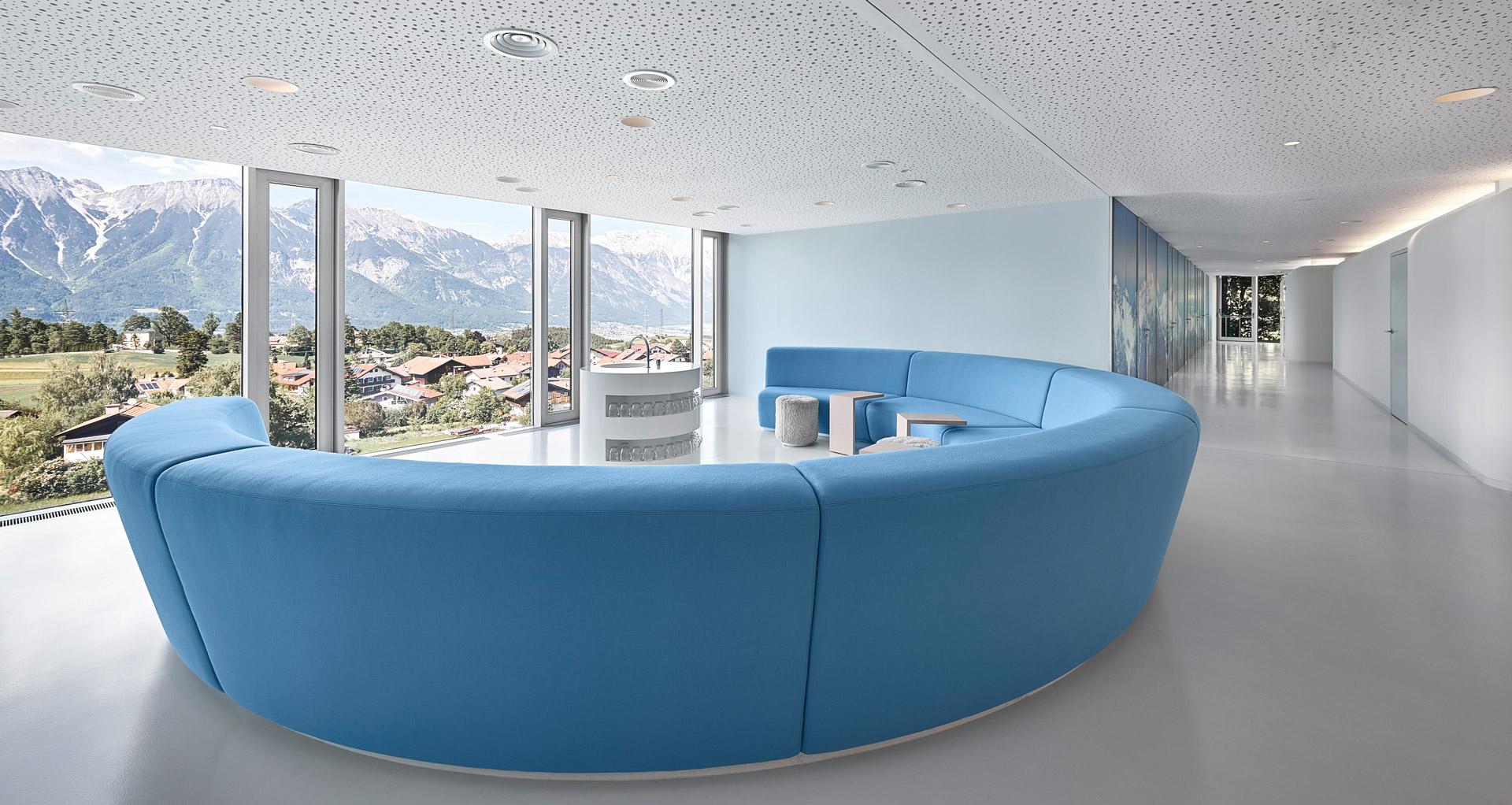 Blaues Sofa im