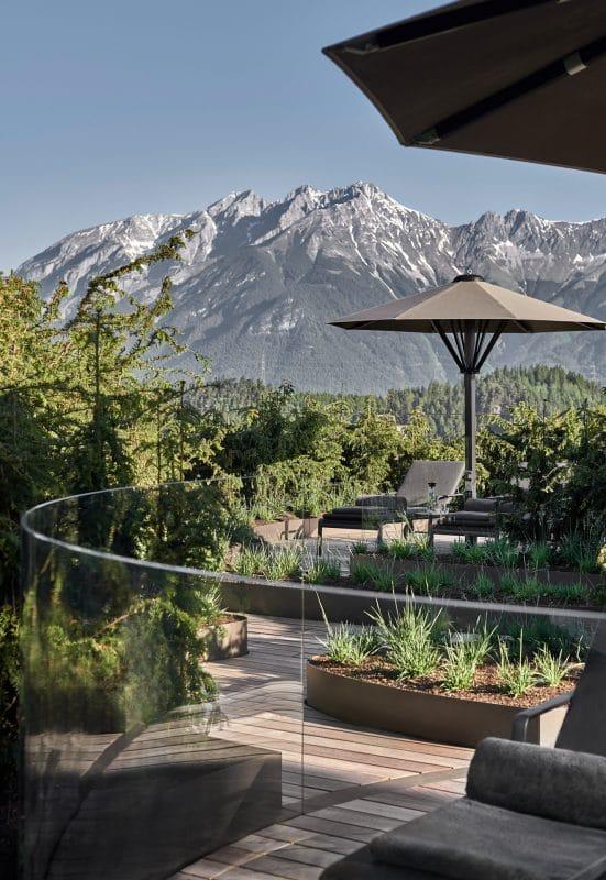 Bild des Rooftops des Lanserhof Lans mit Blick auf die Berge