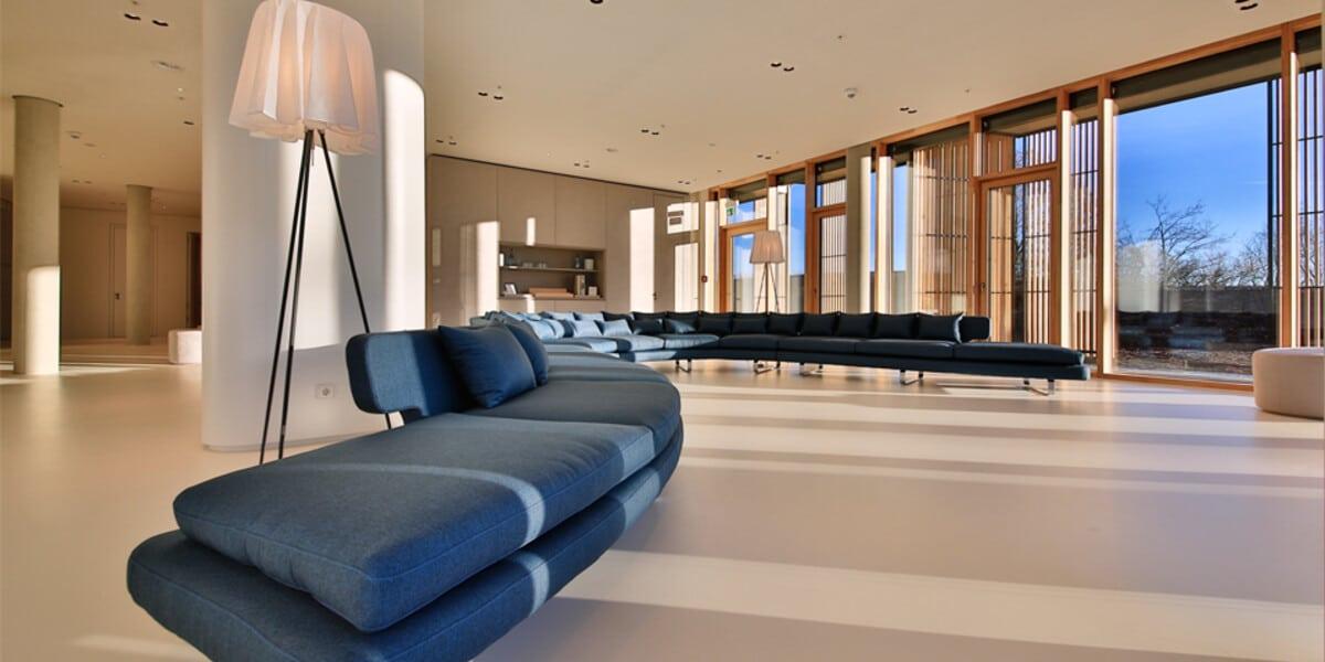 Blaue Couch in großem Raum