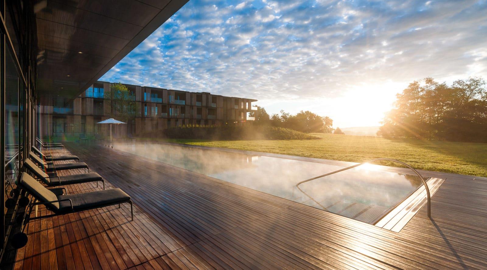 Aussenansicht des Pools im Lanserhof Resort Tegernsee
