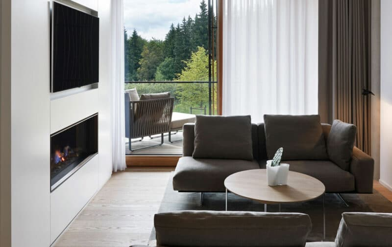 Somnium Suite Wohnzimmer mit Kamin im Lanserhof Resort Tegernsee