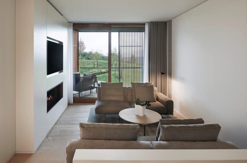 Elysium Duo Suite Wohnzimmer mit Kamin im Lanserhof Resort Tegernsee