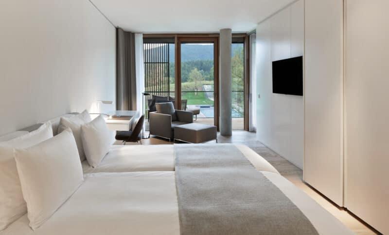 Schlafzimmer mit Ausblick der Symphonia Suite im Lanserhof Resort Tegernsee