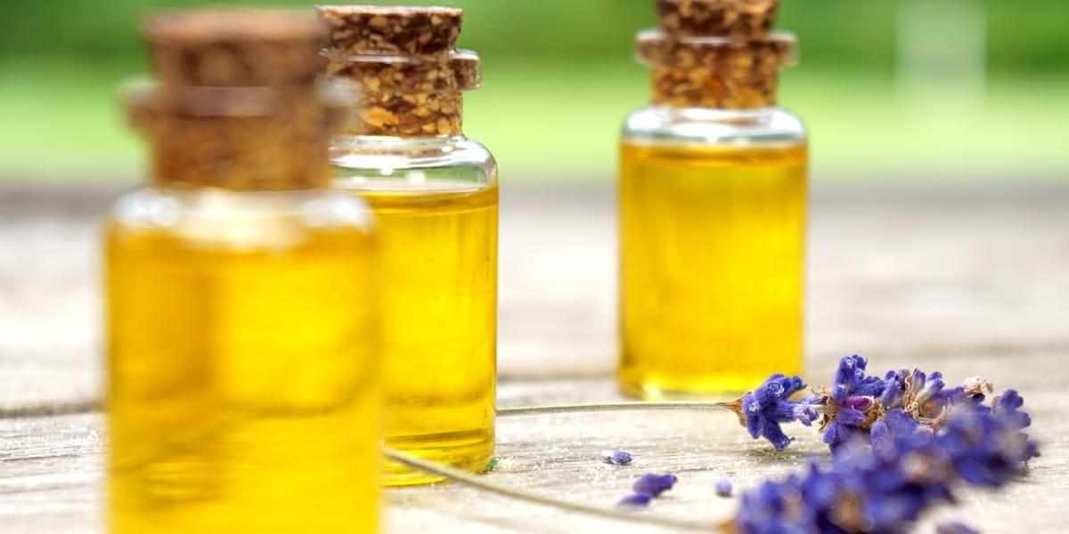 Verschiedende Öle in kleinen Fläschchen