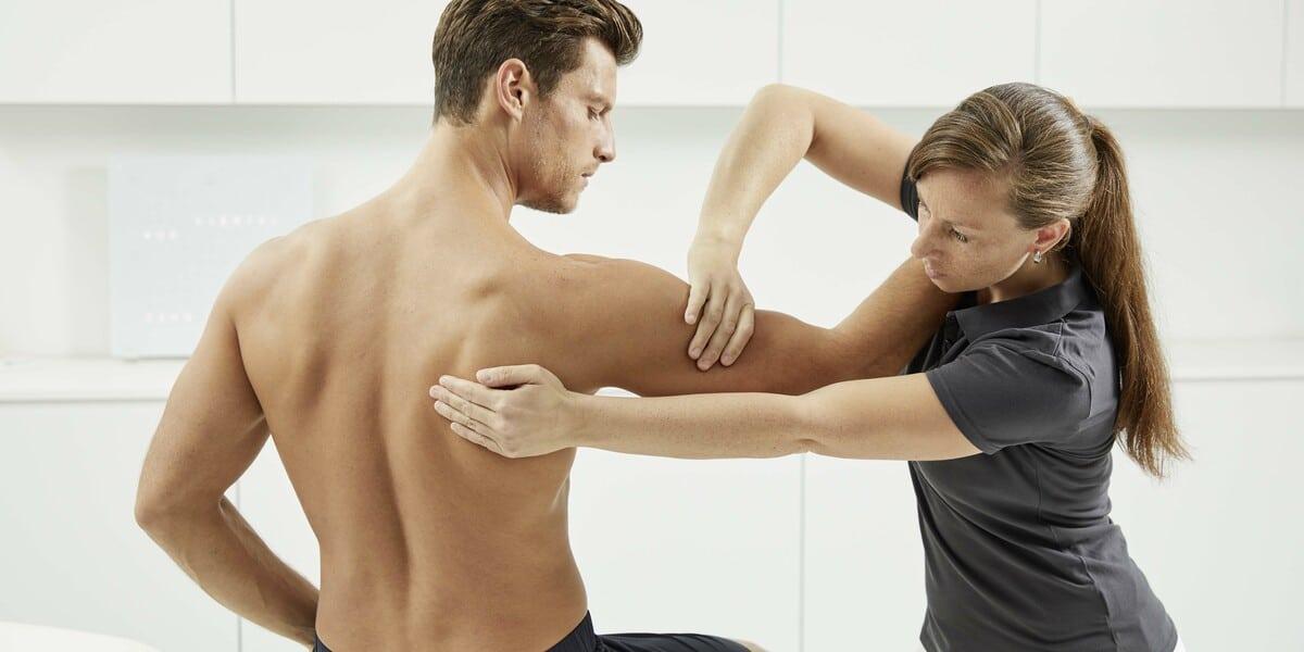 Mann bei einer Physiotherapie