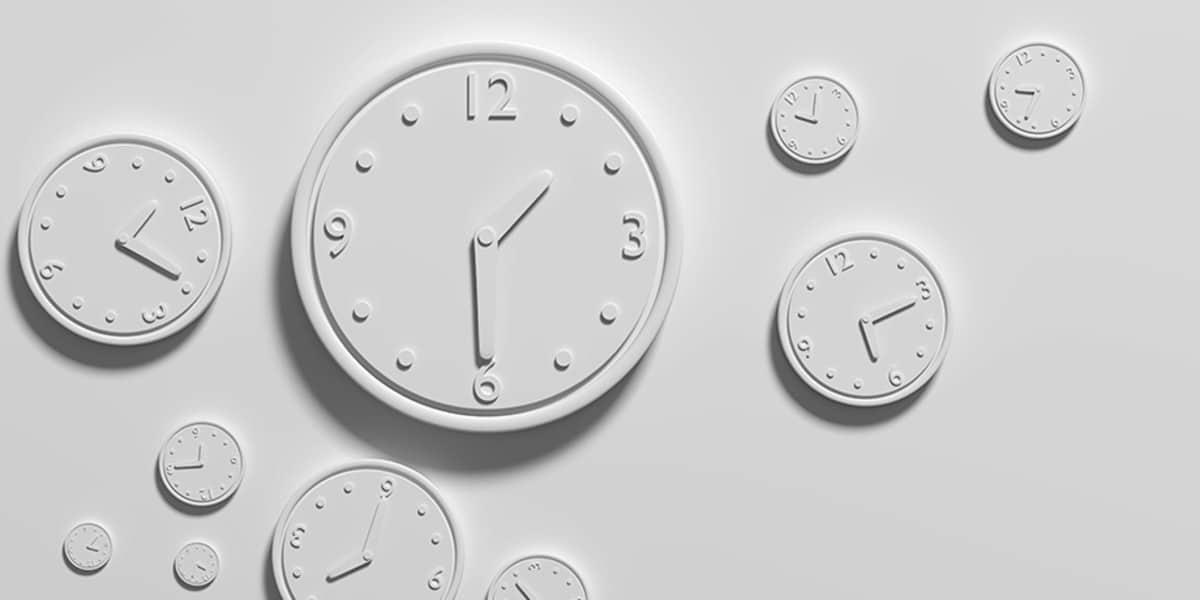 weiße Uhren in verschiedenen Größen