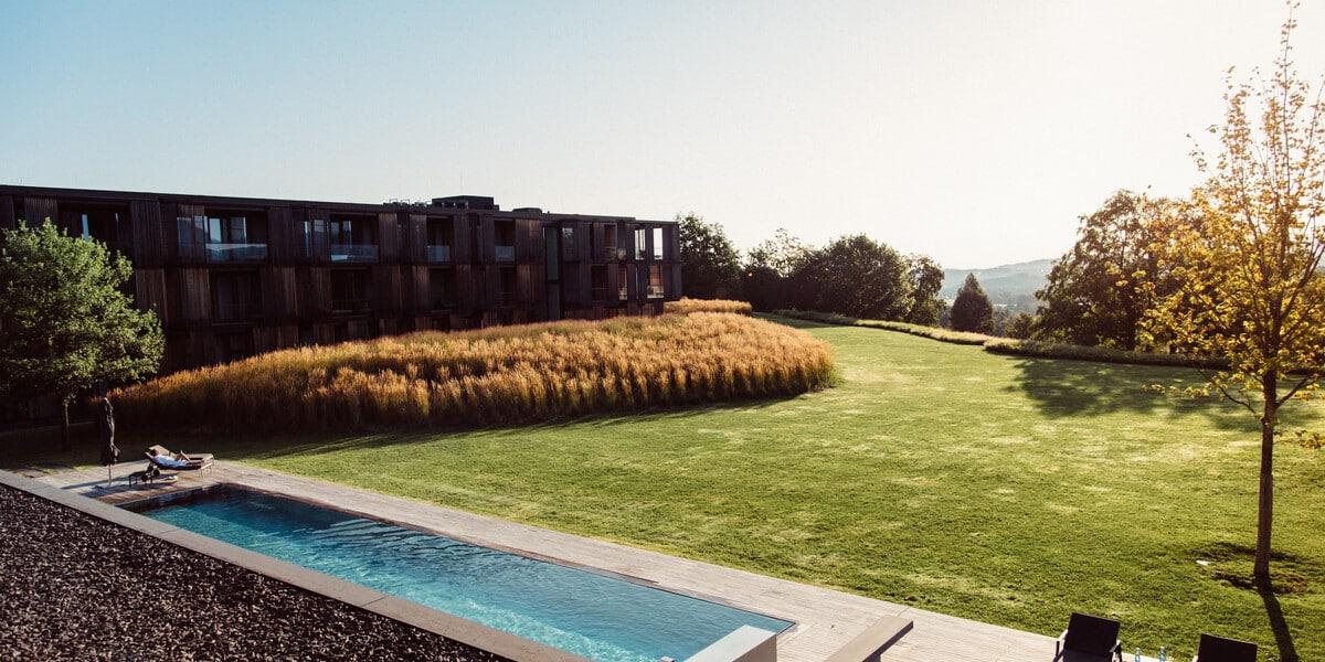 Bild des Lanserhof Tegernsee mit Blick auf den Pool